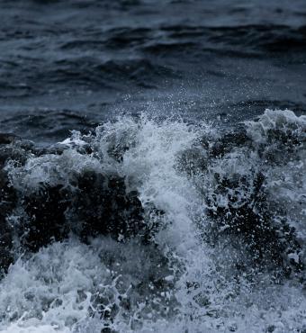 Oprørt hav, fotograf Drew Beamer, Unsplash